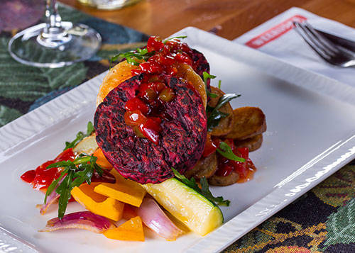Kasvisravintola Helsinki - Weeruskan kasvisruokalista sopii myös vegaanille. Kuvassa punajuuripihvit kasvispedillä.